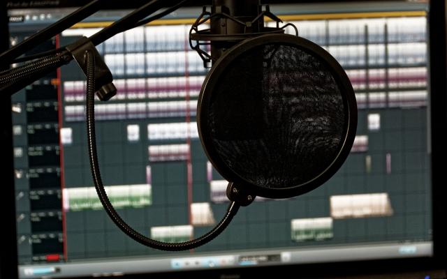 نریشن، تیزر و انواع متن ها رو با کیفیت عالی در استودیو ضبط کنم و براتون بفرستم.